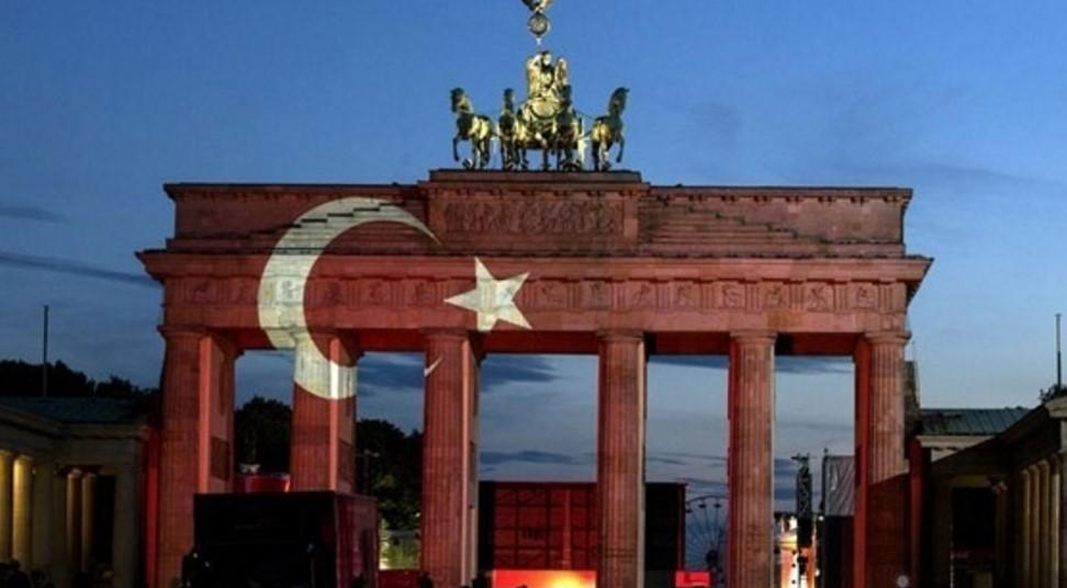Dünya İstanbul'u Unutmadı: Türk Bayrağı Dalgalandırıldı!