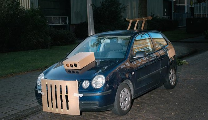 Geceleri Arabaları Kartonla Modifiye Eden Adam