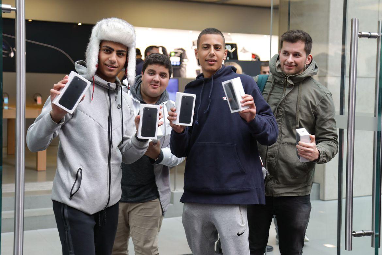 iPhone 7 için Kuyrukta Bekleyenler Cihazlarına Kavuştu!